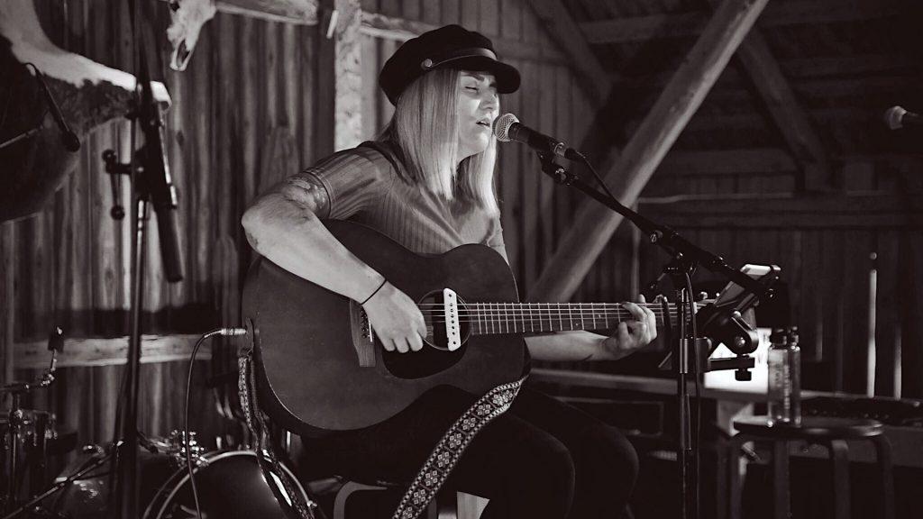 Amanda Örtenhag - Lisa Peterson's voice
