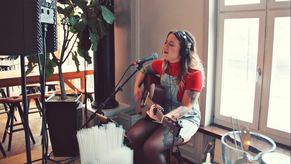 Amanda Örtenhag - Voice of Lisa Peterson
